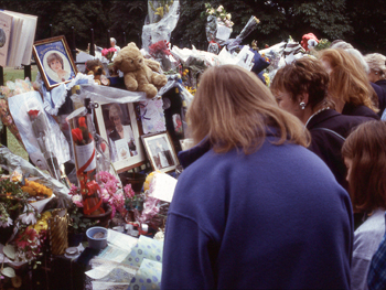 Photo of crowds outside Kensington Palace after Princess Diana died